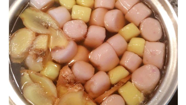 芋圆地瓜圆,煮到浮起后再捞过来甜汤中ㄧ起煮ㄧ下即可。