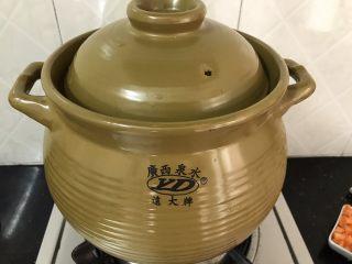 蚝仕咸骨菜干粥,加入清水后,大火烧开,转中小火煮半小时