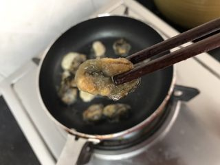 蚝仕咸骨菜干粥,蚝仕炒至微黄散发浓浓鲜香就可以了