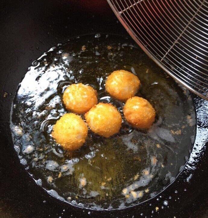 爆浆土豆芝士球,锅里提前烧油,中火,下做好的生芝士球,两面炸至金黄即可捞出。