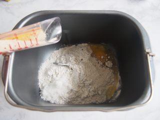 黑麦红枣核桃卷,加入鸡蛋、白糖,在另一个角落加入酵母。