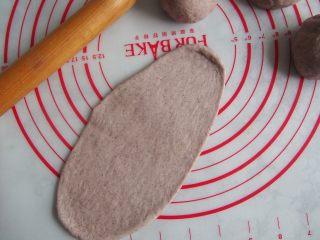 黑麦红枣核桃卷,醒发好的面团擀成长舌状。