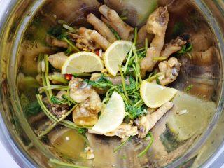 柠檬酸辣鸡爪,最后放入柠檬片,不要放太多了,太多的话做出来的口感会带苦味。