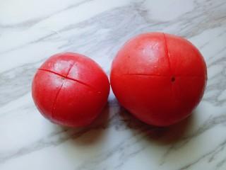 番茄龙利鱼汤,番茄洗干净后,切十字刀。