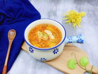 番茄龙利鱼汤,装入汤碗中,撒上葱花和白芝麻。