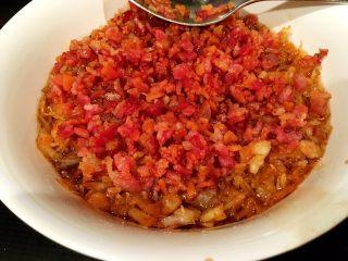 鲜虾瑶柱酱(详细版),再将培根倒在浸泡食材的碗里,铺平备用。