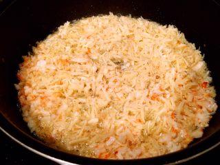 鲜虾瑶柱酱(详细版),往锅里倒油,锅热以后将瑶柱和虾放进去,中火油炸。