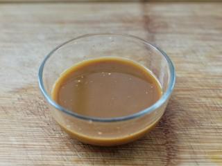 溜肉段,调酱汁:把所有酱汁材料混合搅拌均匀