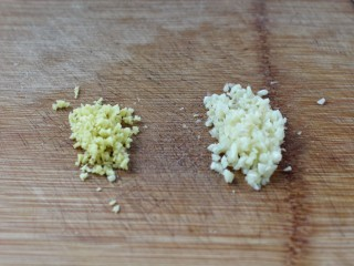 溜肉段,姜和蒜剁成碎末备用