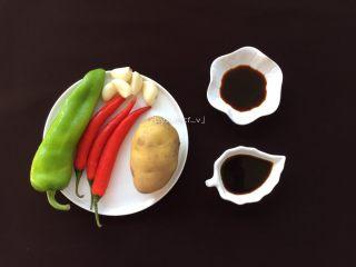 酸辣土豆丝,准备所需食材:土豆1个、蒜瓣5瓣、红辣椒3个、青辣椒1个、陈醋、生抽、盐、食用油