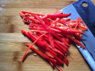 酸辣土豆丝,洗净的红辣椒切成丝或切小待用