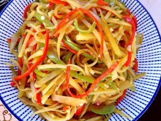 酸辣土豆丝,炒熟的酸辣土豆丝出锅装盘即可食用。