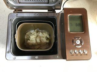 中种牛奶吐司,主面团材料除黄油外放入东菱6D面包机内,发好的中种撕成块也放进去,和面10分钟。