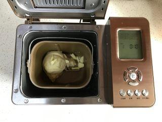 中种牛奶吐司,然后加入软化的黄油,继续和面15分钟。