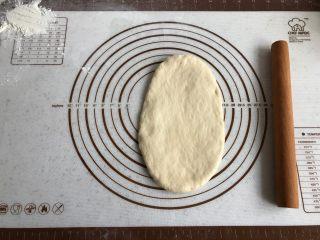 中种牛奶吐司,取一面团,擀成椭圆形。