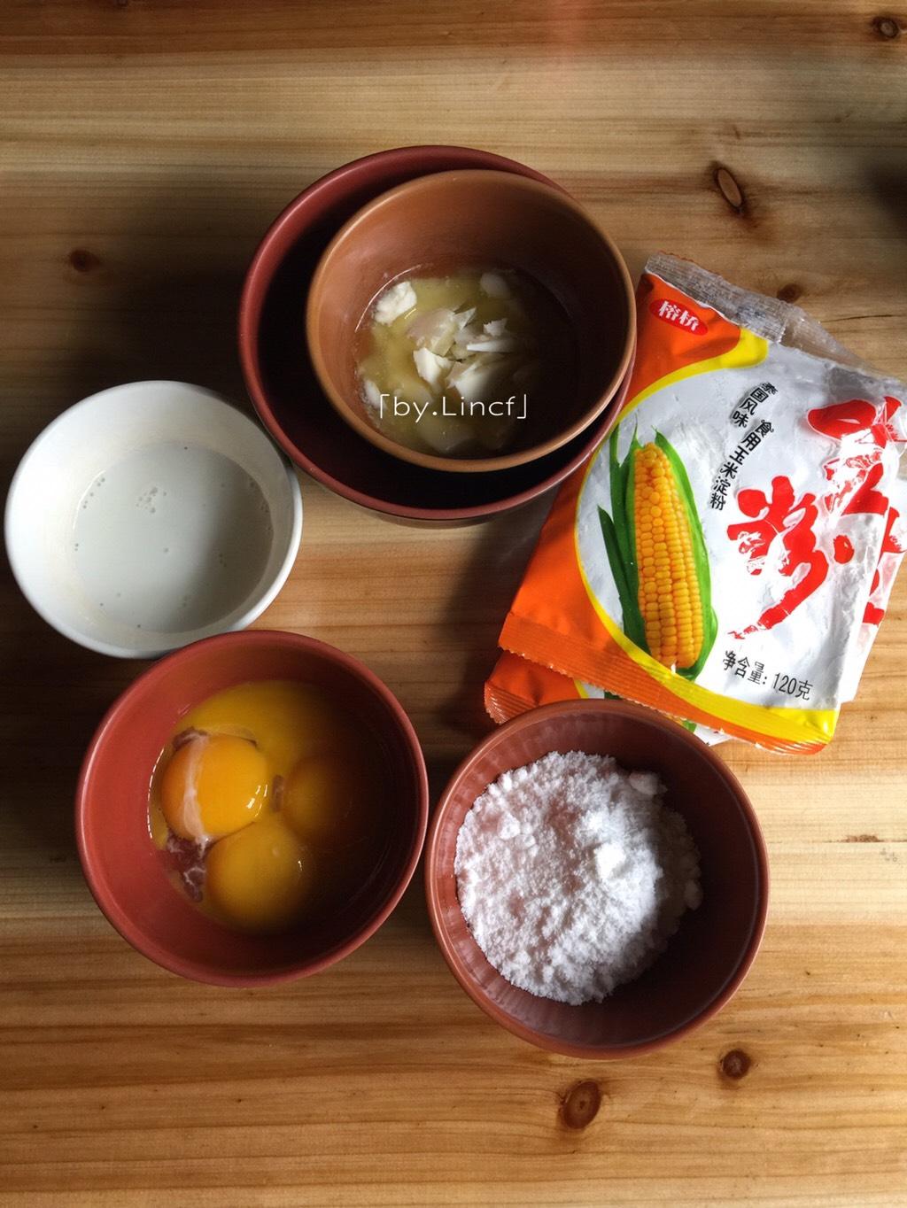 自制旺仔小馒头,准备所需食材:</p> <p>蛋黄60g、细砂糖50g、黄油40g、牛奶30g、玉米淀粉210g