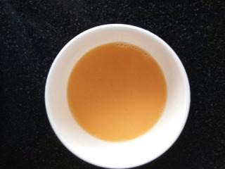 玉米奶酪蛋挞,下面是做挞水了,打一鸡蛋,用打蛋器搅拌均匀。