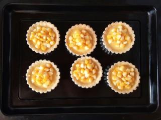 玉米奶酪蛋挞,取出烘烤后的蛋挞,放上适量玉米粒。