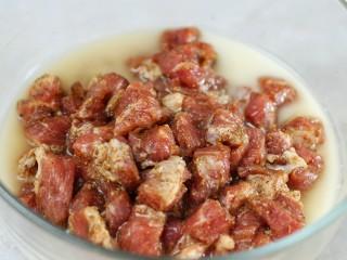 牙签肉,将淀粉加适量水调成水淀粉倒入肉中