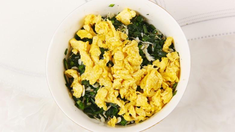 韭菜盒子,倒入炒好的鸡蛋,搅拌均匀入味
