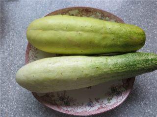 老黄瓜也有春天---黄瓜鸡翅,所用黄瓜是这种地黄瓜,粗壮形的