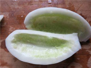 老黄瓜也有春天---黄瓜鸡翅,黄瓜去皮一切两半去籽