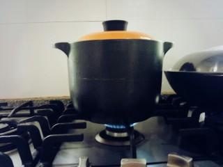 番茄排骨汤,开锅转小火。