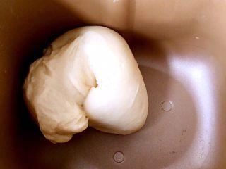 酸奶吐司(一次发酵法),揉成光滑的面团