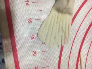金鱼饺子,用剪刀剪成斜角尾巴,一共分成4小块。