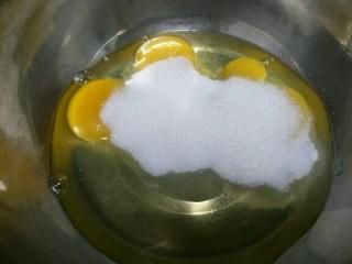 老式无水蛋糕,将鸡蛋磕入无油无水的盆中,并将糖放入~