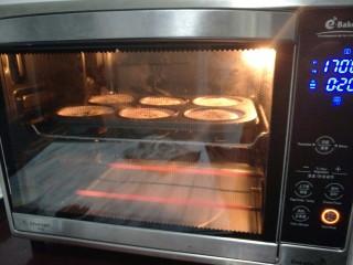 老式无水蛋糕,烤箱上下170°提前预热后,将其放入。
