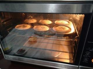 老式无水蛋糕,蛋糕在一点一点爬起,烤20分钟左右即可~(具体时间和温度要看自家烤箱的脾气而定哈)