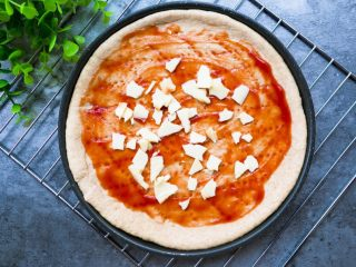 全麦彩虹披萨🌈(无糖无油,减脂增肌必备),涂上番茄酱,撒上一片低脂芝士片。 (减脂期间是可以吃芝士哒,高蛋白,选择低脂的就好了)