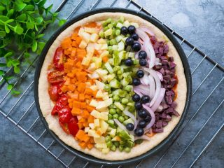 全麦彩虹披萨🌈(无糖无油,减脂增肌必备),依次码好蔬菜,披萨底稍微变圆润后放入烤箱200度20分钟就好了。