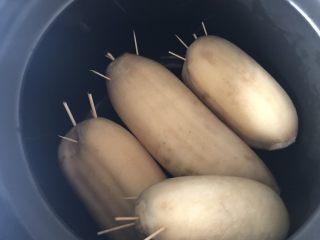 糯米糖藕,放入锅中,我用的是炖锅,也可以用高压锅或者电饭煲,
