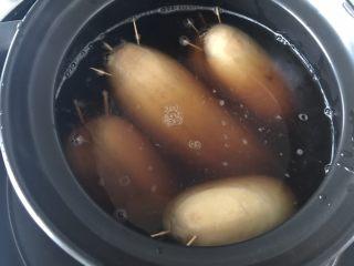 糯米糖藕,加入水,水要多一点,因为要炖好久的,我是中途又加了一次水的