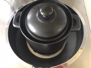 糯米糖藕,盖上盖子开火,煮开后小火慢慢炖吧,反正我炖了半天,