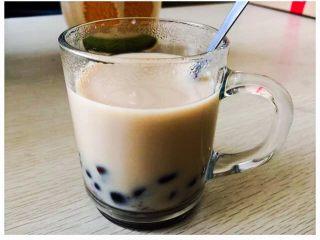 红茶+牛奶+红豆的正确打开方式,在杯子里加入适量提前煮好的红豆、盛出奶茶(喜欢甜淡的可以适量加入糖),这样就做好啦~做好啦~~真的是不添加、不添加喔~~
