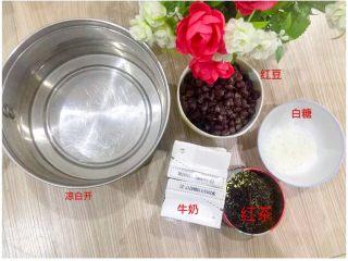 红茶+牛奶+红豆的正确打开方式,所需材料;凉白开(或是纯净水)、纯牛奶、红茶叶、白糖、红豆(红豆提前煮好、不喜欢太甜的可以加蜂蜜或是不加糖、不喜欢红豆的可以不加)。