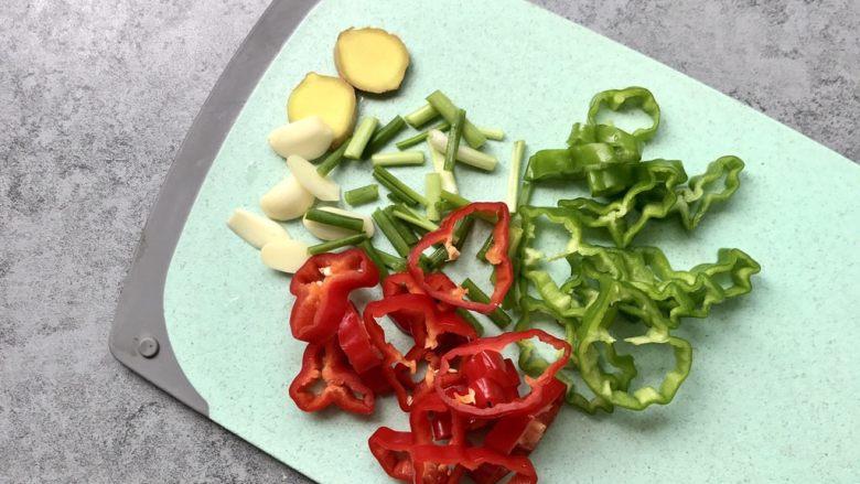 爆炒猪肝,青红椒和葱分别切段;蒜瓣和姜切片