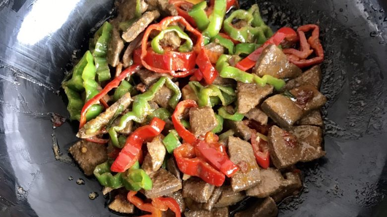 爆炒猪肝,鸡精按个人口味添加,也可以加少许黑胡椒,此时不需要加盐喽,生抽和豆瓣酱都含盐,翻炒均匀,这样猪肝挺嫩