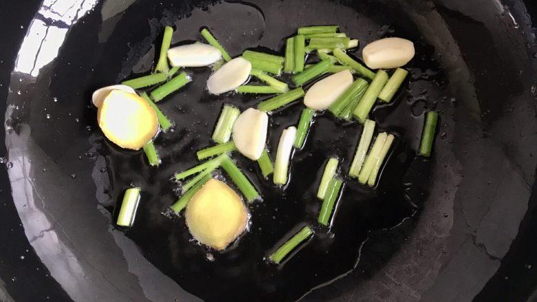 爆炒猪肝,另起锅放少许油,葱姜蒜爆香