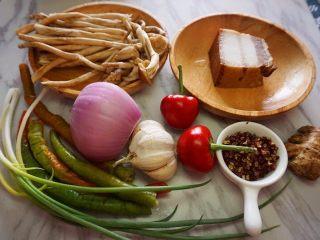 干锅茶树菇,提前准备原材料,茶树菇选择新鲜的哦