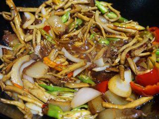 干锅茶树菇,再下茶树菇,辣椒,葱段翻炒