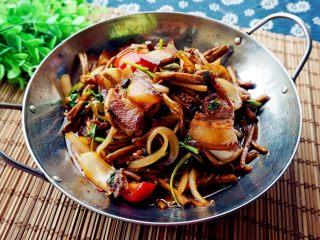 干锅茶树菇,最后放白糖,盐调味翻炒均匀即可出锅