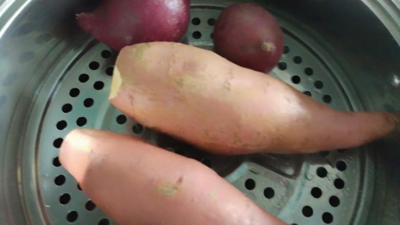 仙草芋圆麦片奶粥,薯类洗净上锅蒸熟,时间长一点会比较糯。