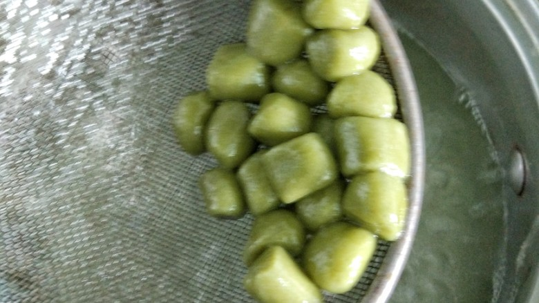 仙草芋圆麦片奶粥,捞出锅。