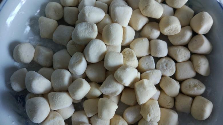 仙草芋圆麦片奶粥,多出来的芋圆多撒散粉,放冰箱冷藏保存。
