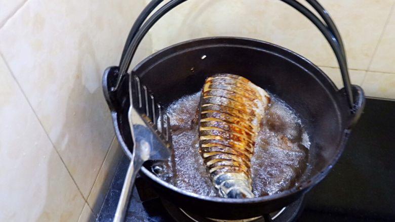蒜香烧鲅鱼尾,一面炸定型后,再翻面。