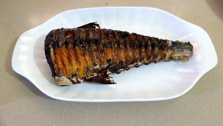蒜香烧鲅鱼尾,炸两面金黄,捞出备用。如果不想炸,可以煎。这一步可以让鱼进一步去腥。